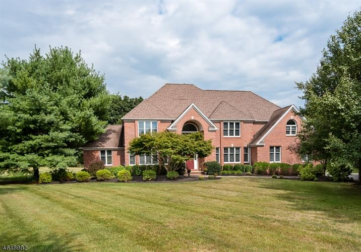 5 Ming Ct, Chester, NJ 07930