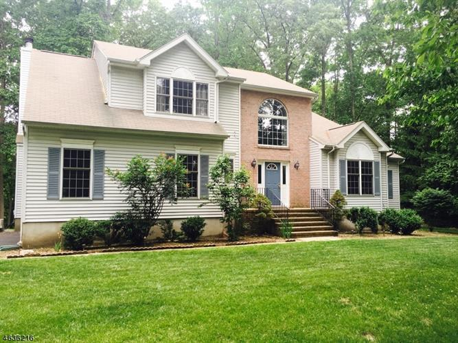 2 Woods End Ct, Sparta, NJ 07871