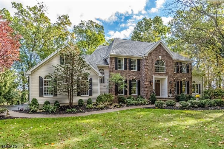 5 Wood Hollow Dr, Pittstown, NJ 08867