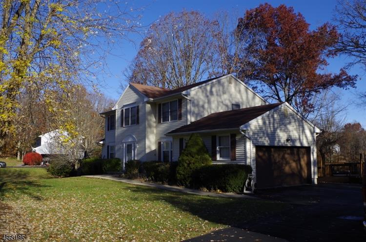 8 Overhill Ter, Oak Ridge, NJ 07438