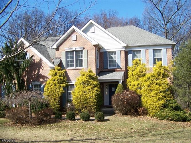 68 Wyckoff Dr, Pittstown, NJ 08867