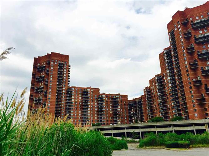 929 Harmon Cove Tower, Secaucus, NJ 07094