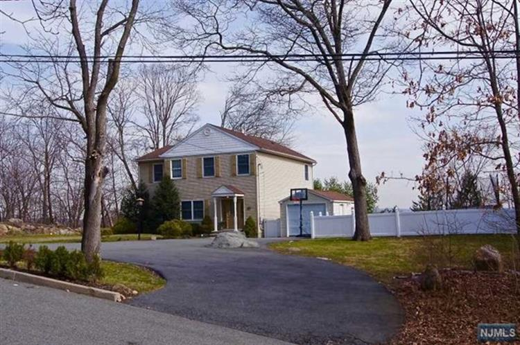 18 Highland Ave, Bloomingdale, NJ 07403