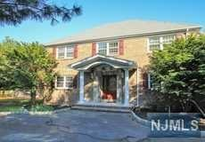 276 Oldwoods Rd, Franklin Lakes, NJ 07417