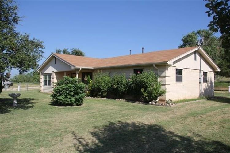 703 E Travis Street, Gordon, TX 76453
