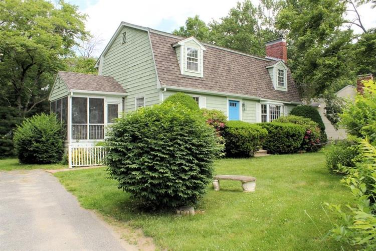27 Railroad Ave, Bedford, MA 01730