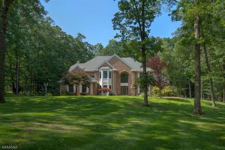 18 Coddington Ln, Tewksbury Township, NJ 07830