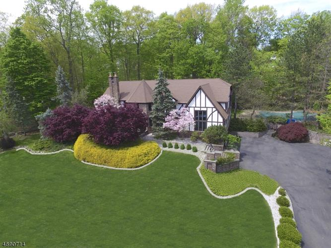 832 Winton Gate Ln, Franklin Lakes, NJ 07417