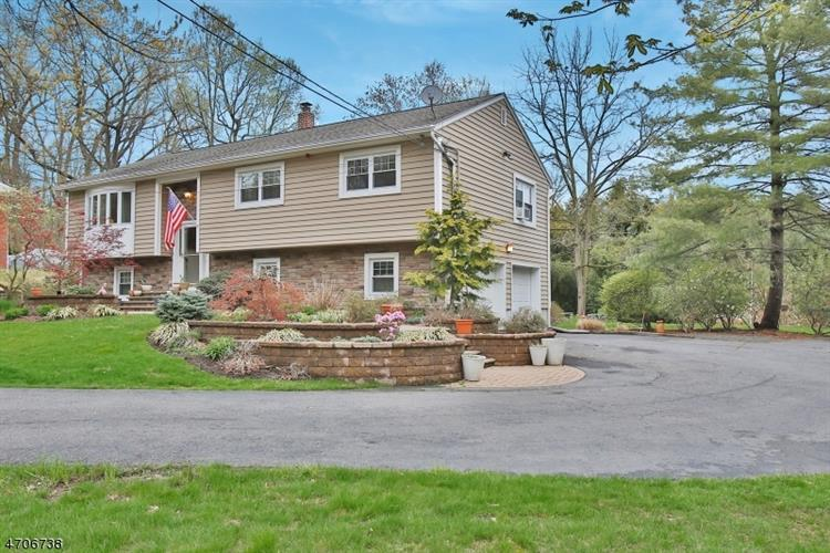 14 Roberts Rd, Washington Township, NJ 07676