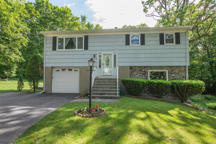 122 Star Lake Rd, Bloomingdale, NJ 07403