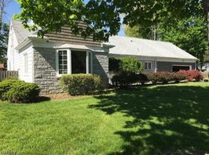 8 Leamoor Dr, Morris Plains, NJ 07950