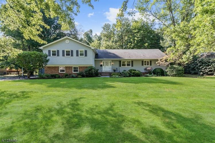 4 Walton Ln, Livingston, NJ 07039