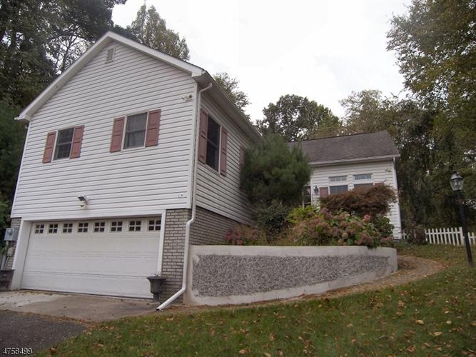 23 Blueberry Hl, Glen Gardner, NJ 08826