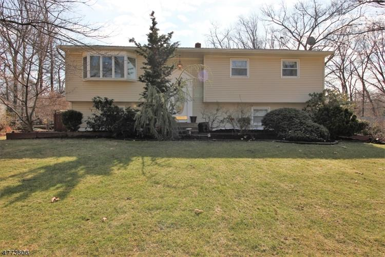 28 Rolling Rd, East Brunswick, NJ 08816