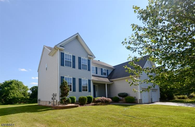 4 TREETOPS CIR, Franklin Twp, NJ 08540