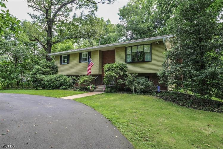 28 FEATHERBED LN, Raritan Township, NJ 08822