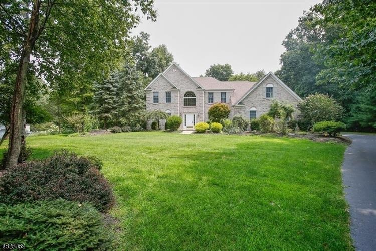 15 WELLINGTON DR, Washington Township, NJ 07853