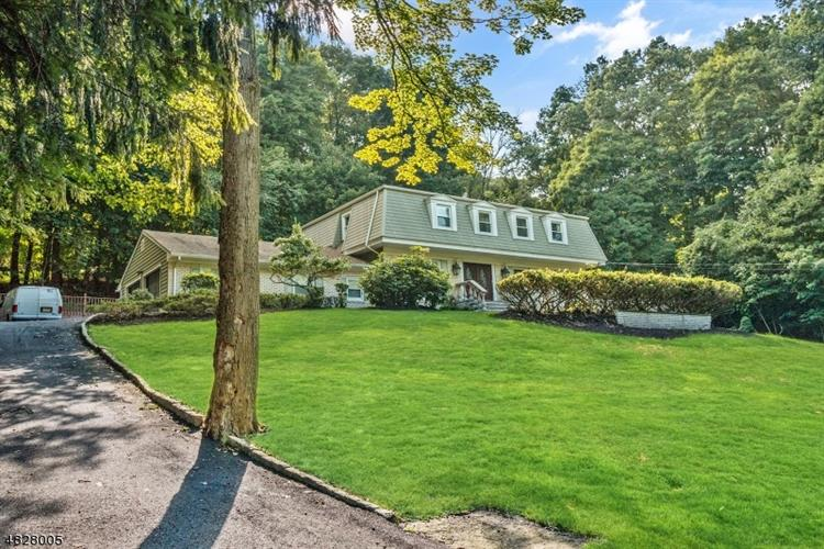 695 CHEYENNE DR, Franklin Lakes, NJ 07417