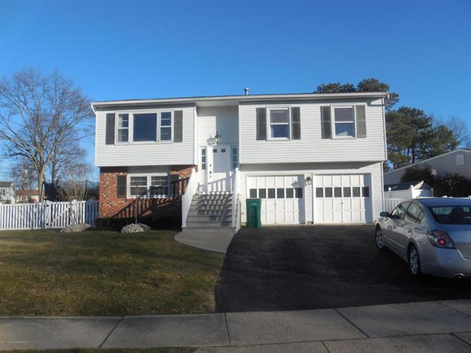 17 Wisteria Place, Howell, NJ 07731