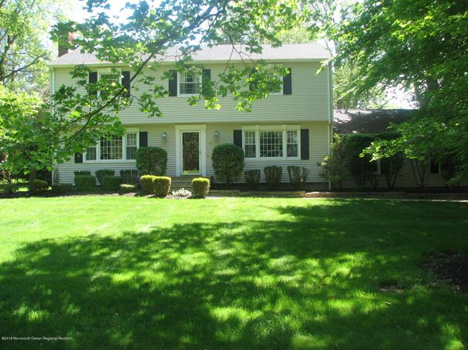 17 Sweet Briar Lane, Holmdel, NJ 07733