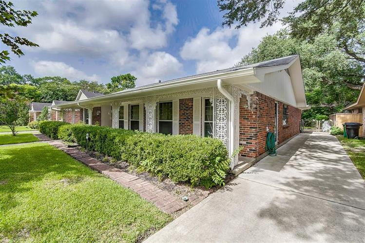 9214 Riddlewood Lane, Houston, TX 77025