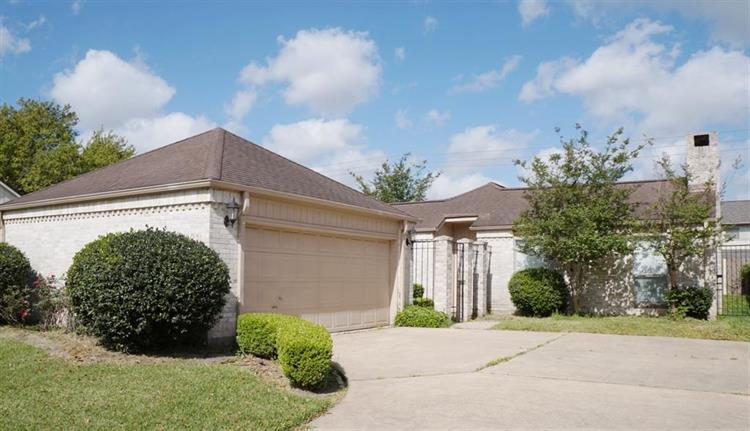 2823 Country Club Boulevard, Sugar Land, TX 77478