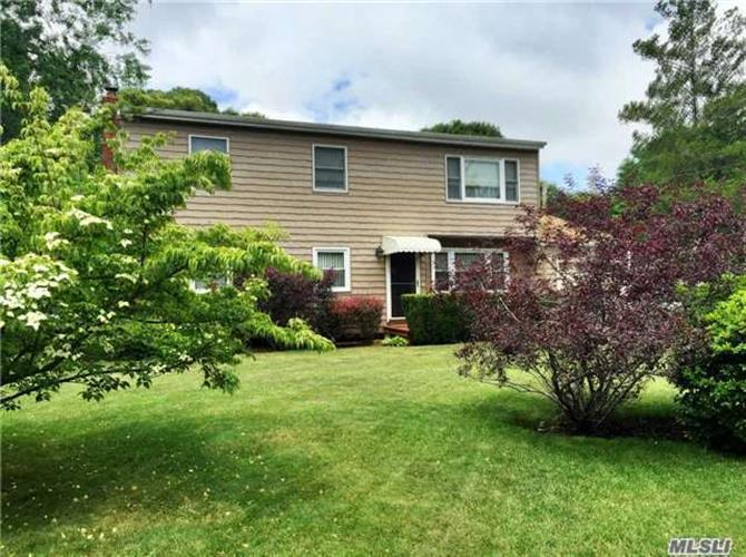 210 N Evergreen Dr, Selden, NY 11784