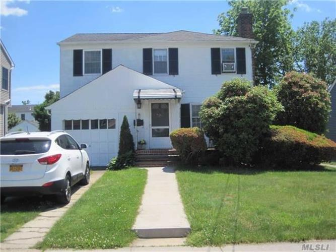 7 Waters Ave, Hicksville, NY 11801