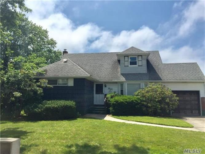12 Second Ave, Massapequa Park, NY 11762