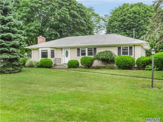 5 Louis Ave, Moriches, NY 11955