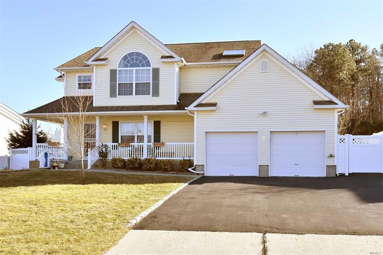 18 Windjammer Xing, Manorville, NY 11949