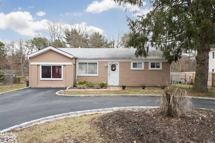 1617 N Thompson Dr, Bay Shore, NY 11706