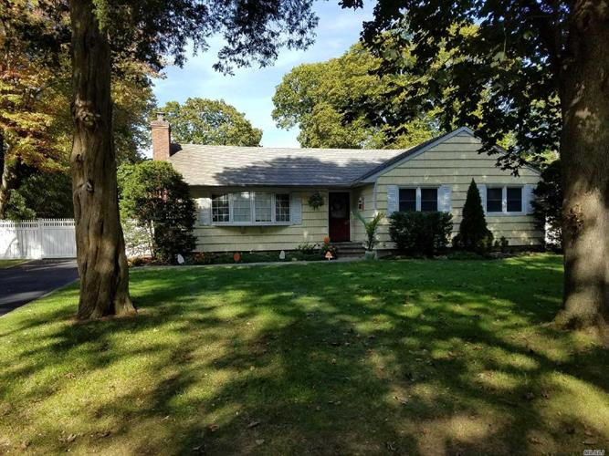 1 Clearbrook Dr, Smithtown, NY 11787