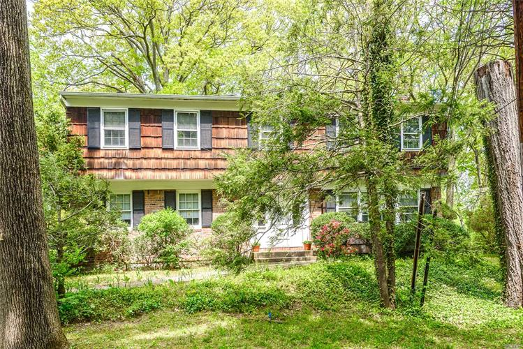 79 The Oaks, Roslyn Estates, NY 11576