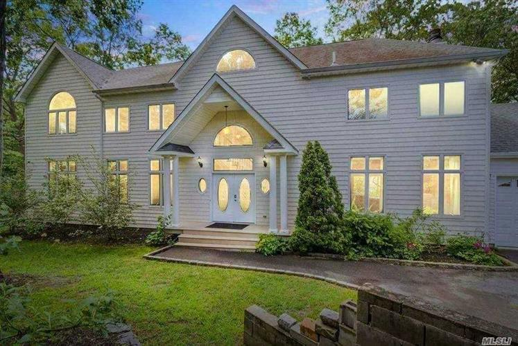 10 Plandome Rd, Sound Beach, NY 11789