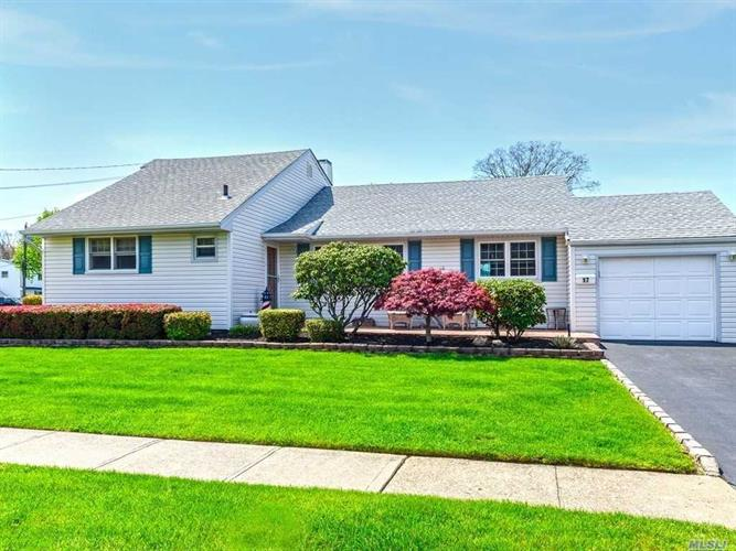 17 Cheryl Ln, North Babylon, NY 11703