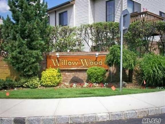 25 Balsam Ct, Wantagh, NY 11793
