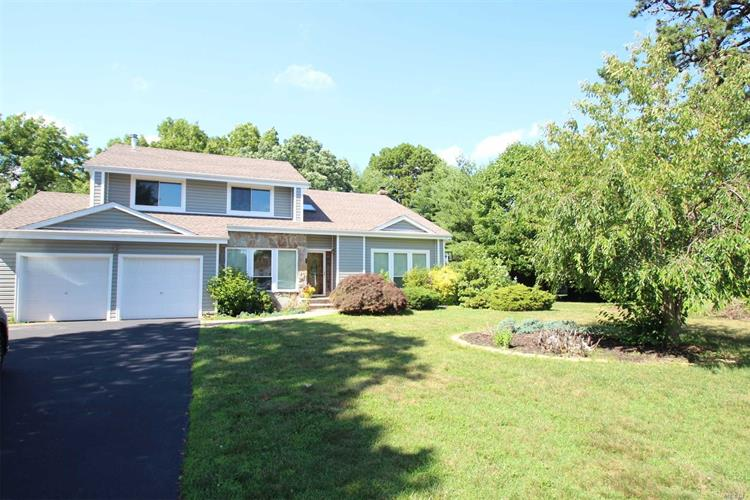 6 Pine Meadow Pl, Commack, NY 11725