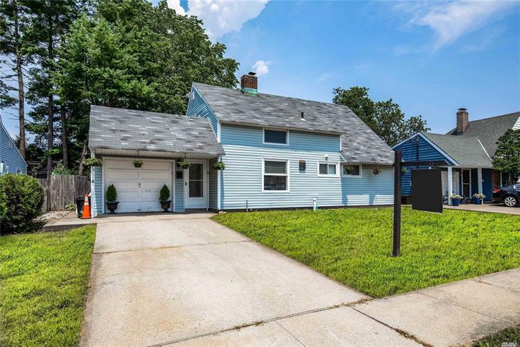 19 Stevedore Ln, Levittown, NY 11756 - Image 1