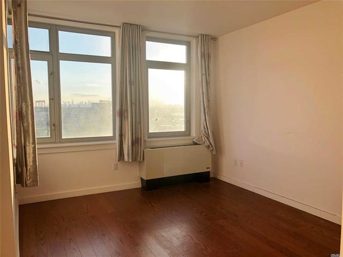 40-28 College Point Blvd, Flushing, NY 11354