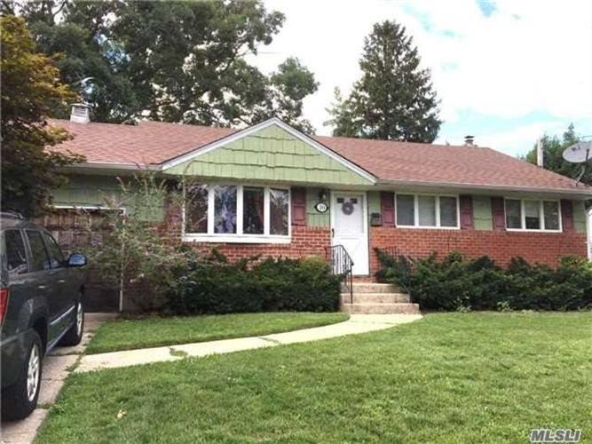 10 S Pepper Cir, Massapequa, NY 11758