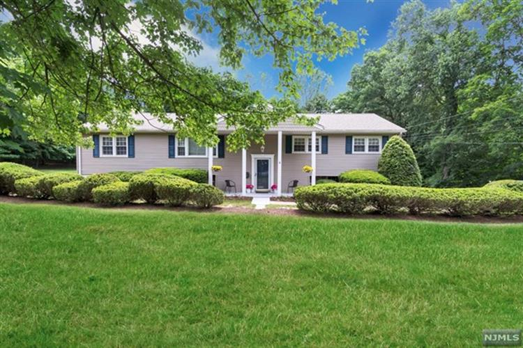 62 Deerfield Ter, Mahwah, NJ 07430