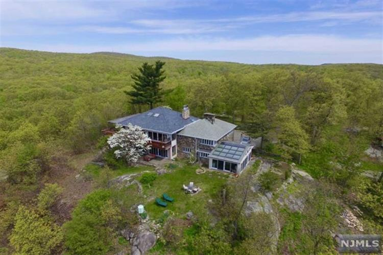 201 Stag Hill Rd, Mahwah, NJ 07430