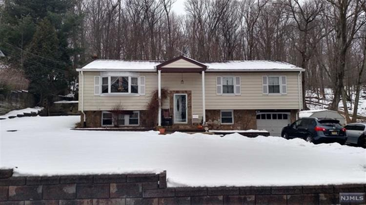 18 Upper High Crest Drive, West Milford, NJ 07480