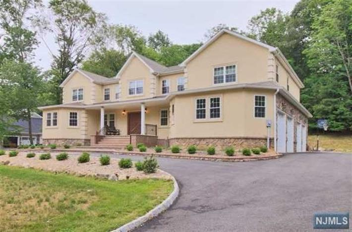 15 Tanglewood Hollow Road, Upper Saddle River, NJ 07458