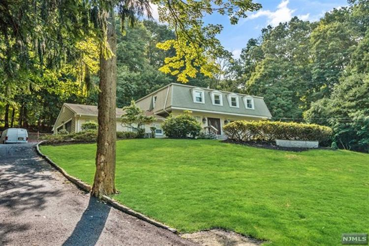 695 Cheyenne Drive, Franklin Lakes, NJ 07417