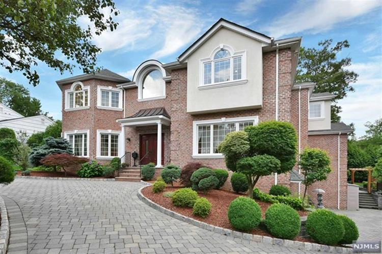 22 Van Wagoner Drive, Englewood Cliffs, NJ 07632