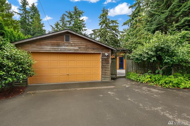 20407 39th Place NE, Lake Forest Park, WA 98155
