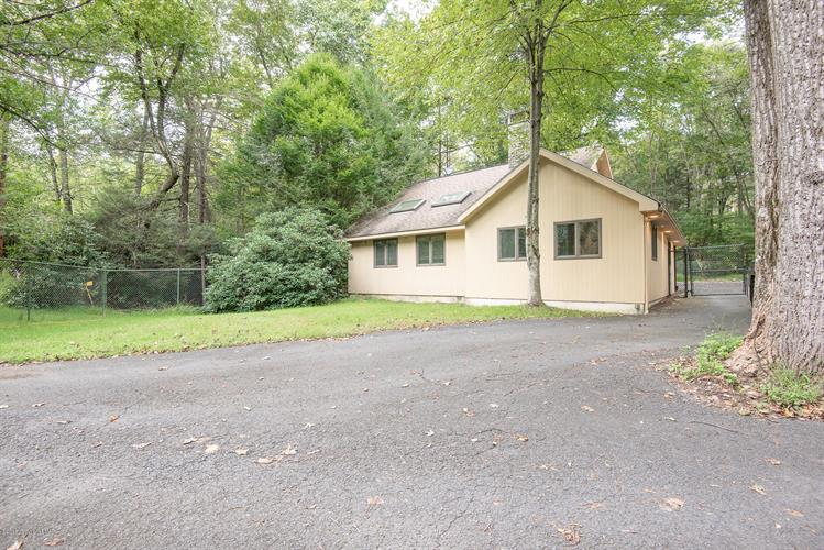 386 Camelback Rd, Tannersville, PA 18372