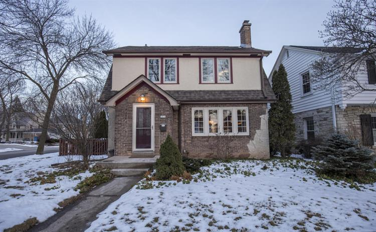 5074 N Woodburn St, Whitefish Bay, WI 53217